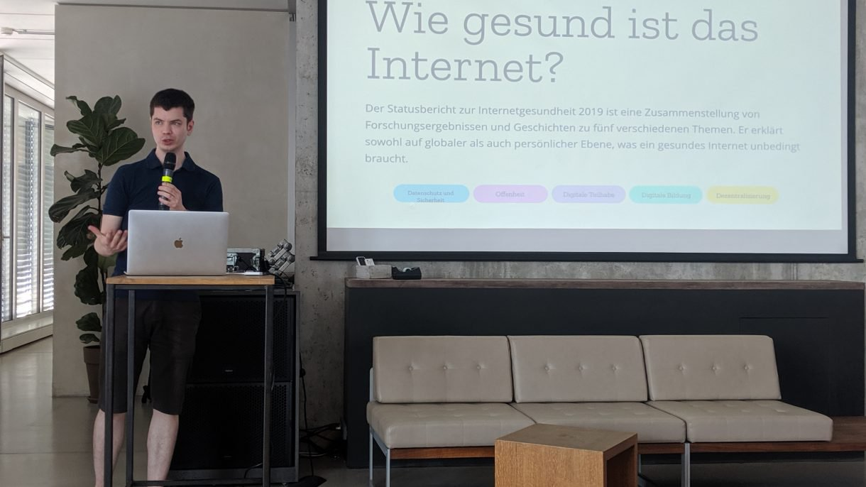 Stefan Baack of the Internet Health Report team presenting the German translation of the report to participants. Photo by Kasia Odrozek CC BY-SA 4.0.